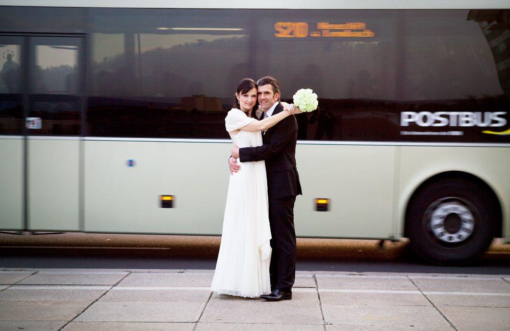 hochzeitsfoto brautpaar vor autobus