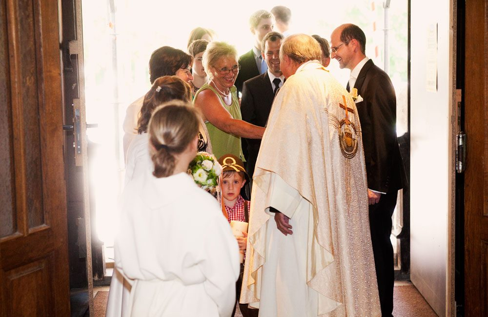 hochzeits fotograf claus scheucher schoene fotos braut braeutigam pfarrer priester kirche