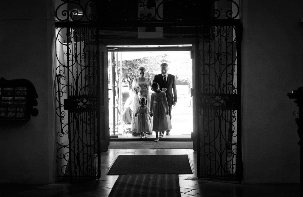 hochzeits fotograf claus scheucher schoene fotos braut brautvater kirche einzug